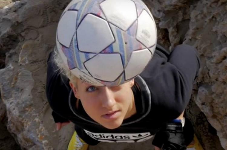 Ez a borsodi lány oktathatná a magyar focistákat!