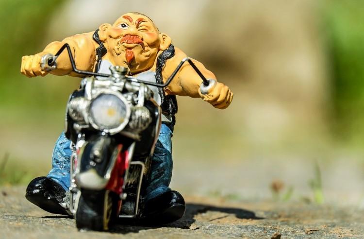 Ki mondta, hogy a motoros ihat alkoholt?