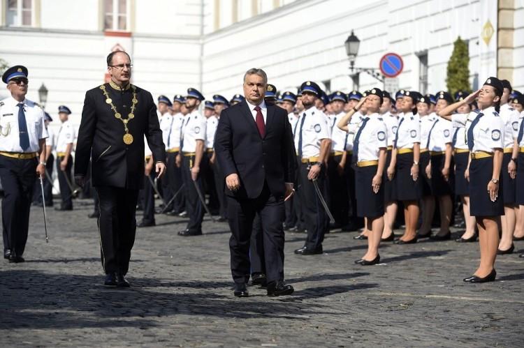 Ciki. Megint bekapcsolva maradt Orbán mikrofonja