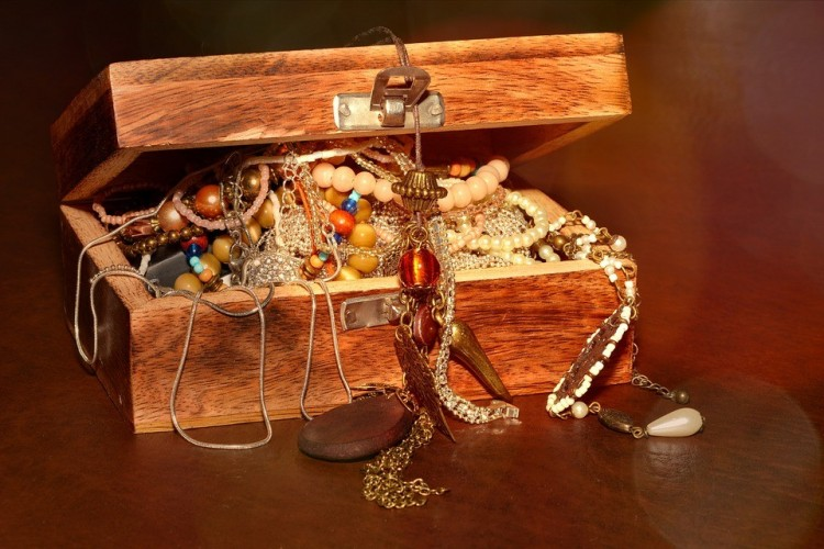 Egy 86 éves nő bizsura cserélte arany ékszereit