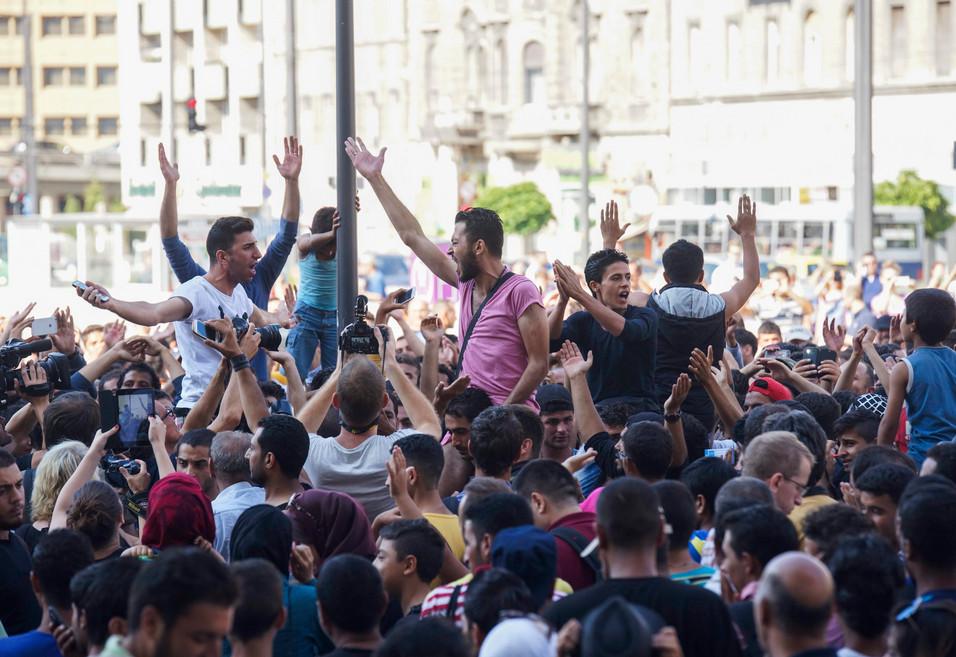 A menekültek hazudnak, Európa meg beveszi