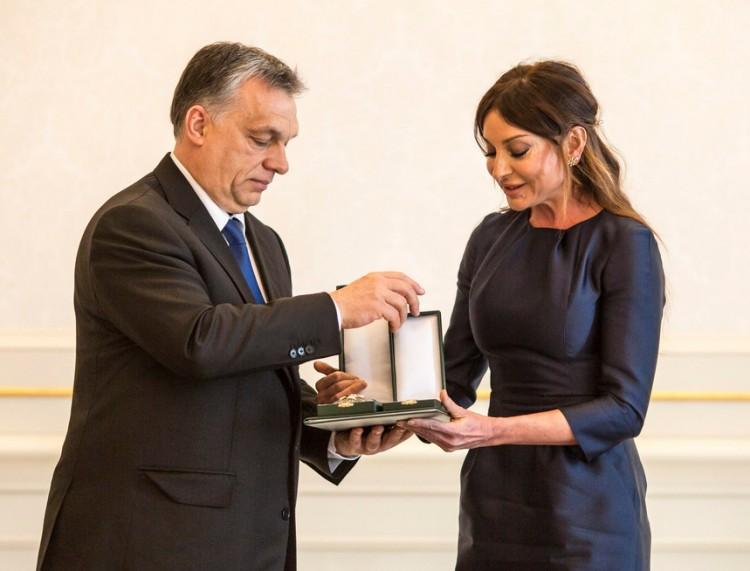 Muszlim nőt tüntetett ki Orbán Viktor