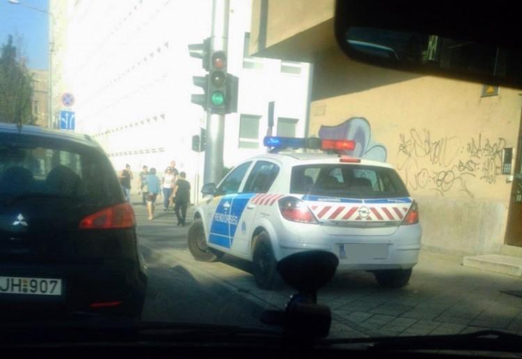Üres rendőrautó gazdira vár. De hol?