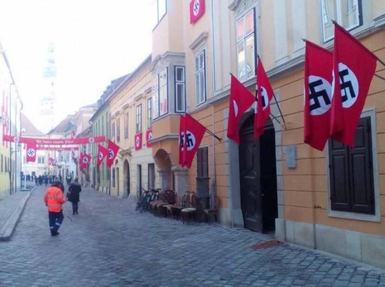 Horogkeresztes zászló leng a soproni városházán
