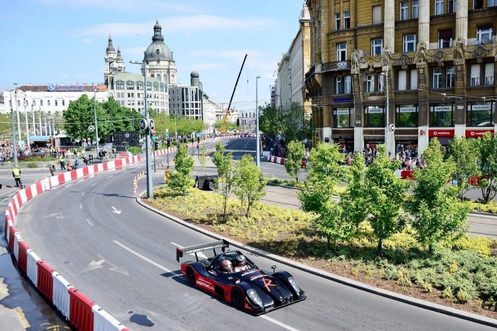 Nagyvérű autók dübörögnek a pesti utcákon