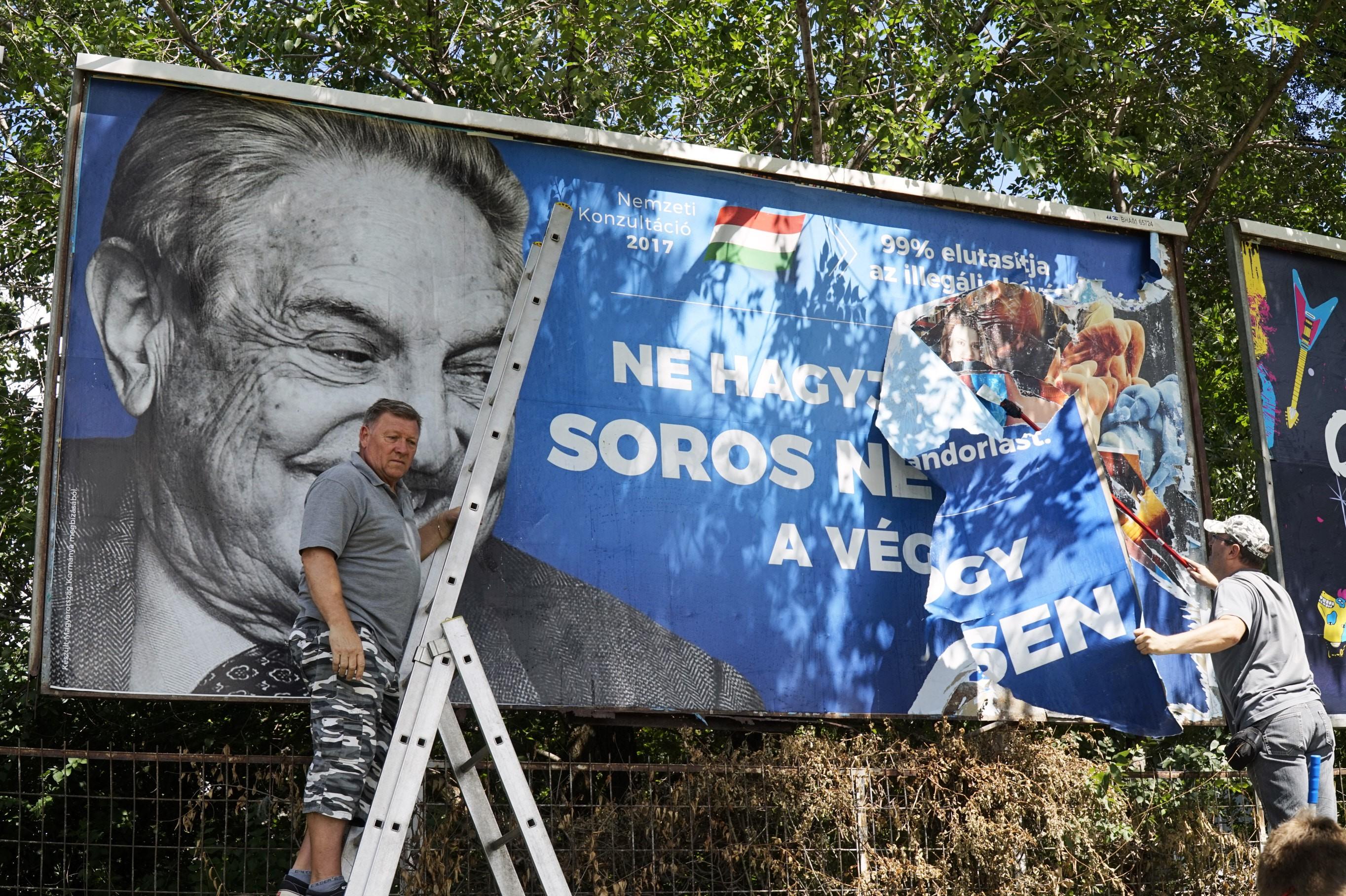 Debrecenben is letépkedték a kormány plakátját