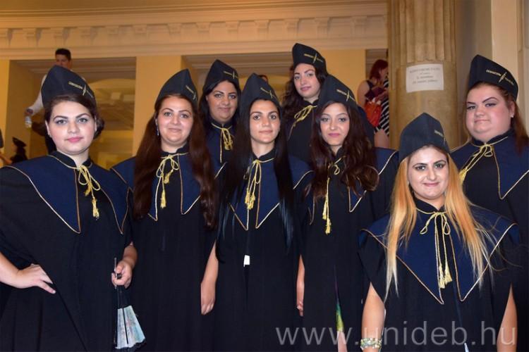 Cigány lányok végezték el a Debreceni Egyetemet