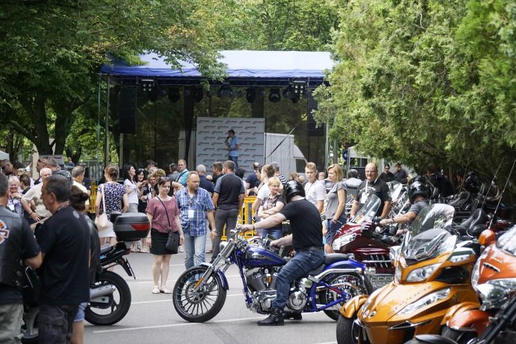 Dübörög az újvárosi motoros fesztivál +Fotók