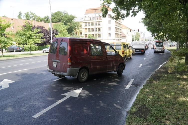Sumen utca: néznek a debreceni autósok, mint borjú az új kapura
