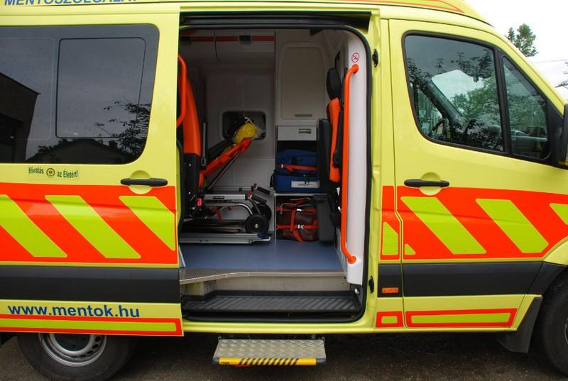 Debreceni életkép: mentőtisztre támadt egy nő