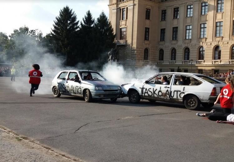 Súlyos autóbaleset és vérfürdő a Debreceni Egyetemnél