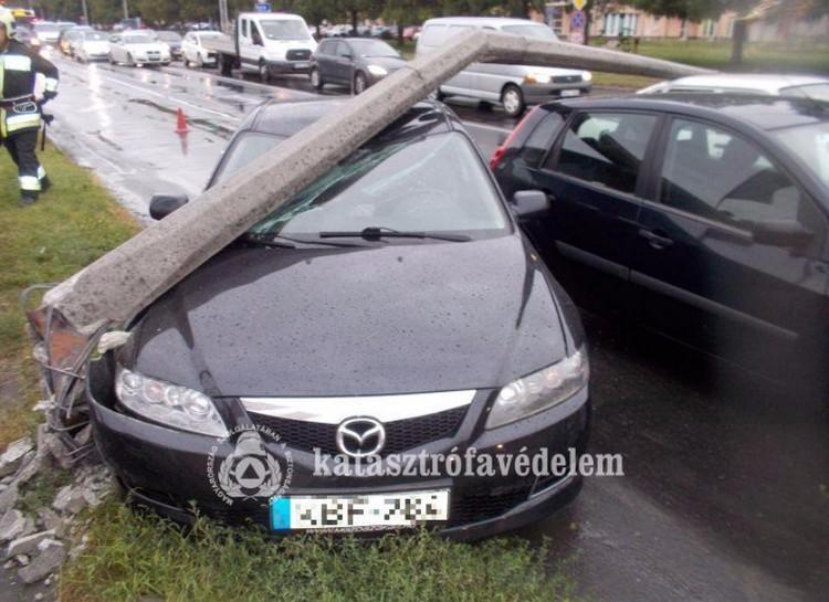 Villanyoszlopot döntött egy autós Debrecenben+fotók