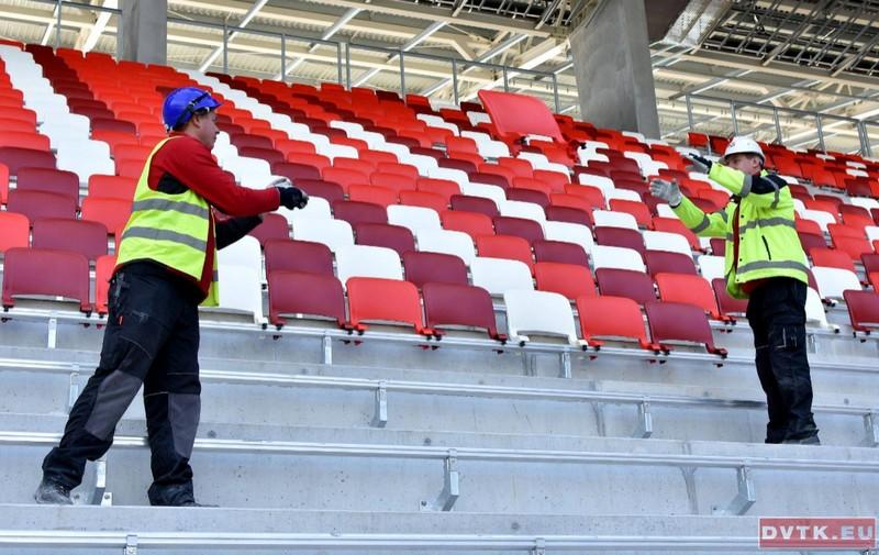 Már piros-fehérben a DVTK-stadion!