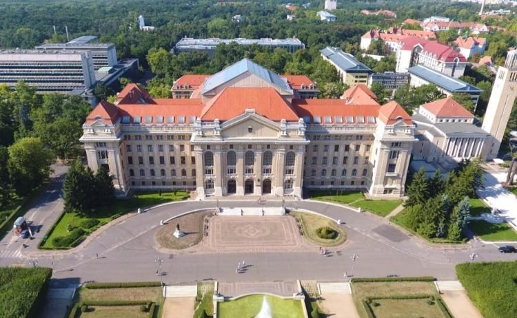 TASZ: politikai vélemény miatt diszkriminált a Debreceni Egyetem