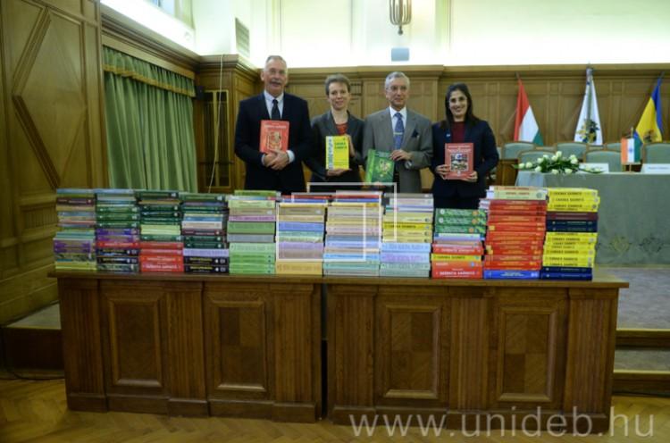 Indiából kapott könyveket a Debreceni Egyetem