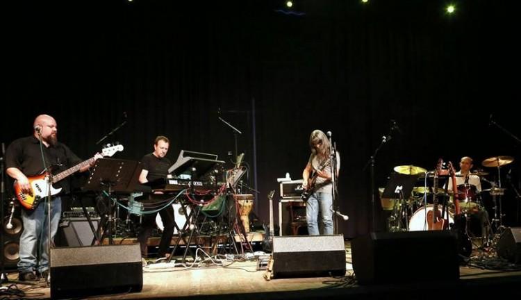 Debreceni rockerek zúzzák a Nagyerdei Víztoronyban