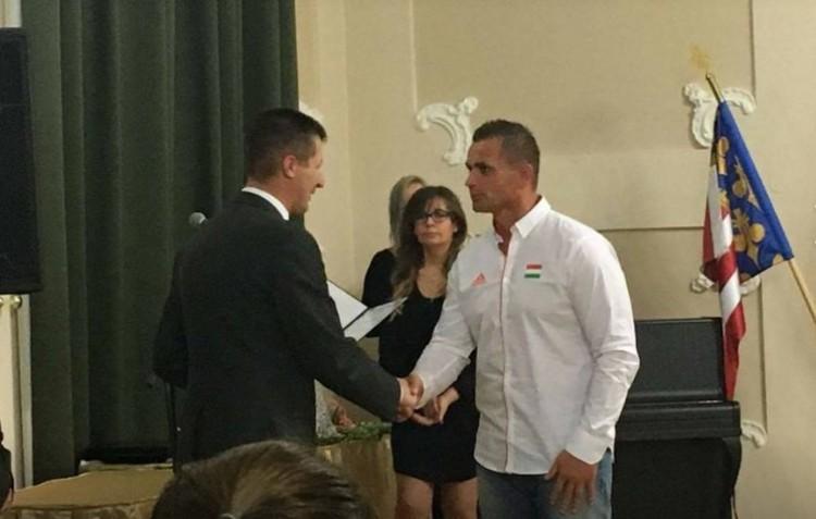 A hajdúhadházi polgármester kitüntette a debreceniek edzőjét. Hogy is van ez?