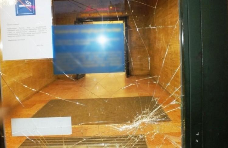 Üveget tört be a debreceni vasútállomáson