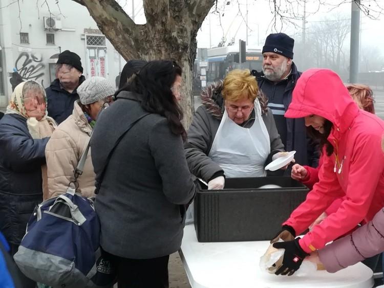 Nők osztottak ételt Debrecenben