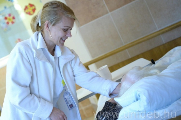 A mosoly ereje is segít Debrecenben a betegeken