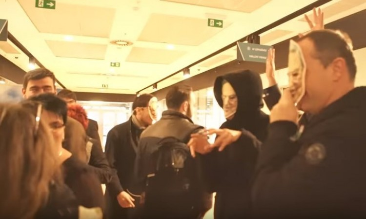 Videó: Soros-maszkban ijesztgették a fideszeseket