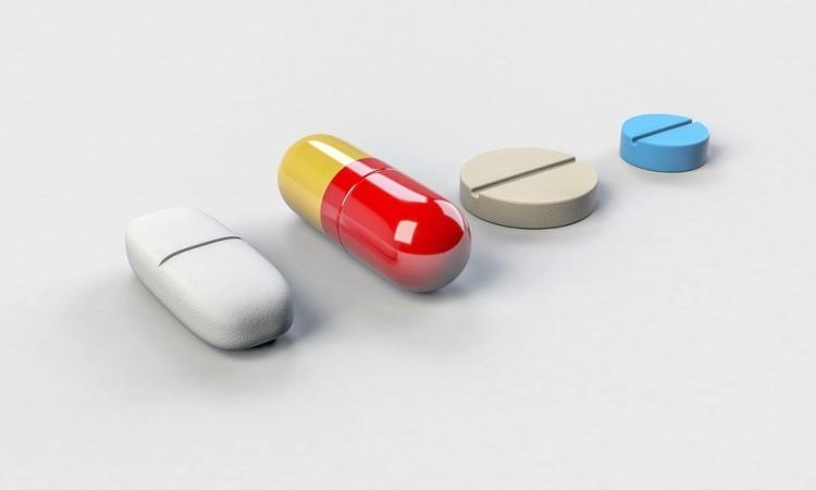 Cirill betűs tabletta a zsibin: talán fájdalomcsillapító...