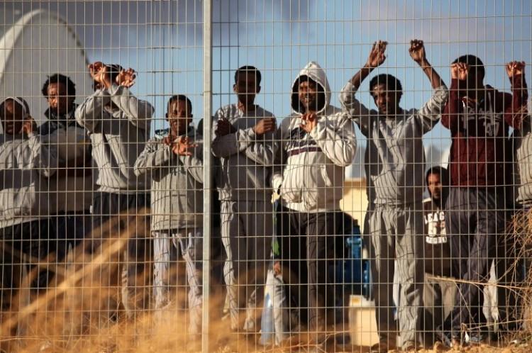 Ultimátum a migránsoknak: távoznak, vagy börtönbe vetik őket!