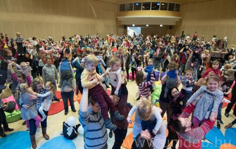 Több száz gyerek a magasban