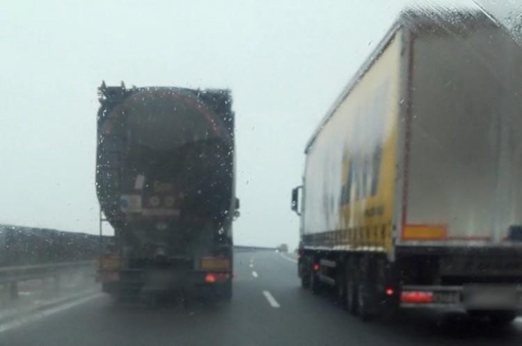 Úgy előznek a kamionok az autópályán, mintha szabadna!