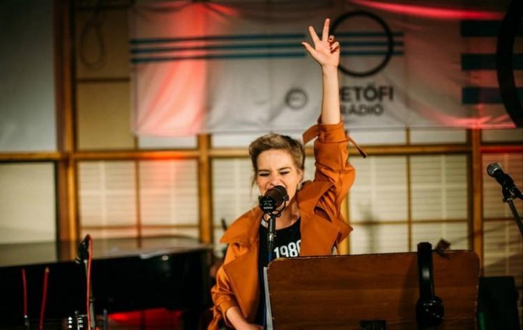 Debrecenben turnézik a különleges hangú énekes