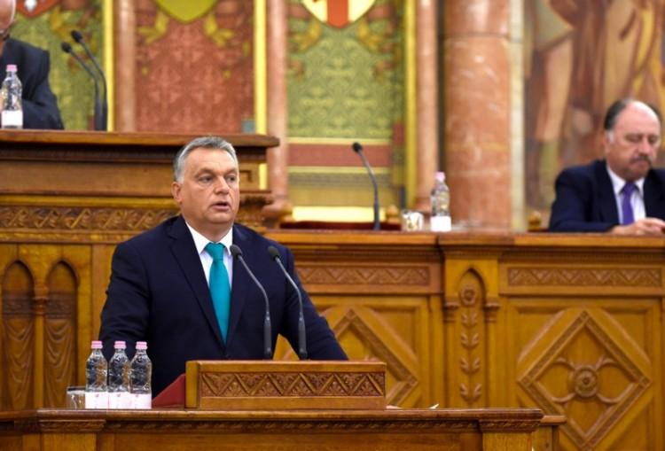 Orbán Viktor megint rezsit csökkent