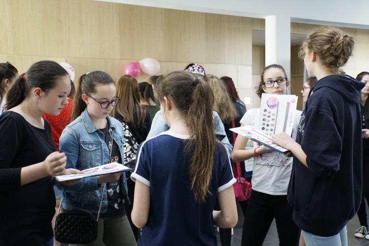 Zsúfolásig telt lányokkal az Informatika Kar + galéria