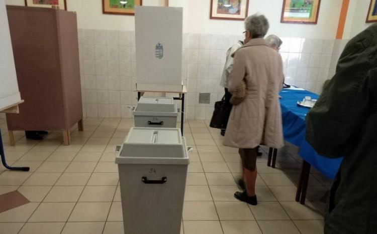 Debrecenben és Szerepen is tolonganak a szavazók