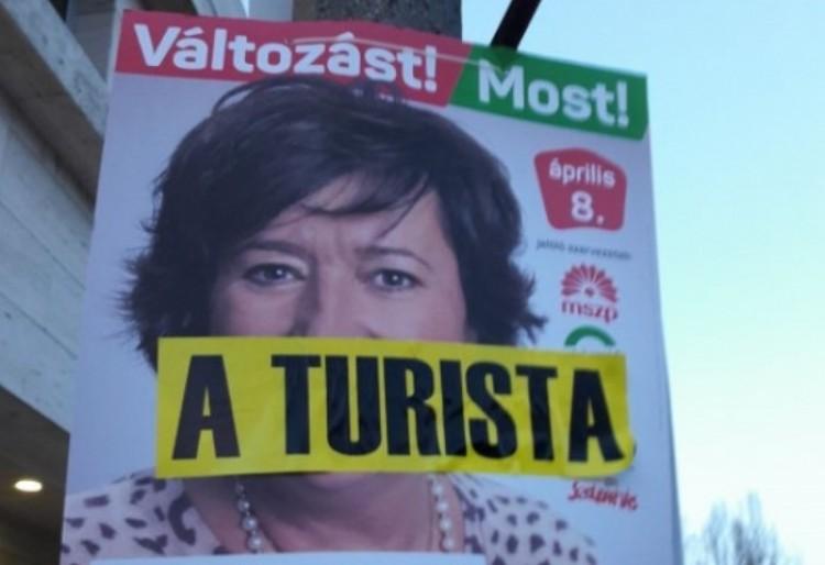 A turistától a tolvajig - plakátrongálások a szűkebb pátriánkban