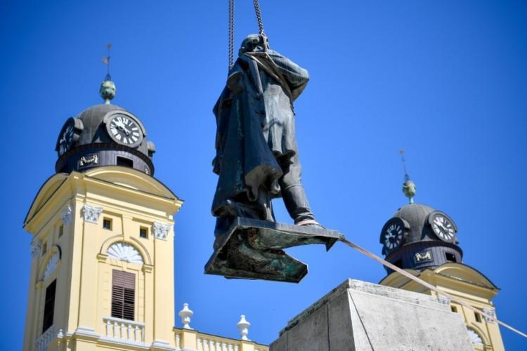 Viszlát, Kossuth Lajos! - elvitték Debrecen főtéri látványosságát
