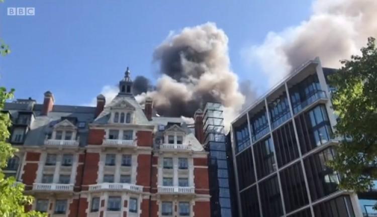 Tűz Londonban: lángoló luxushotelből menekült ki a világsztár