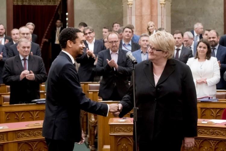 Két új képviselője van a parlamentnek