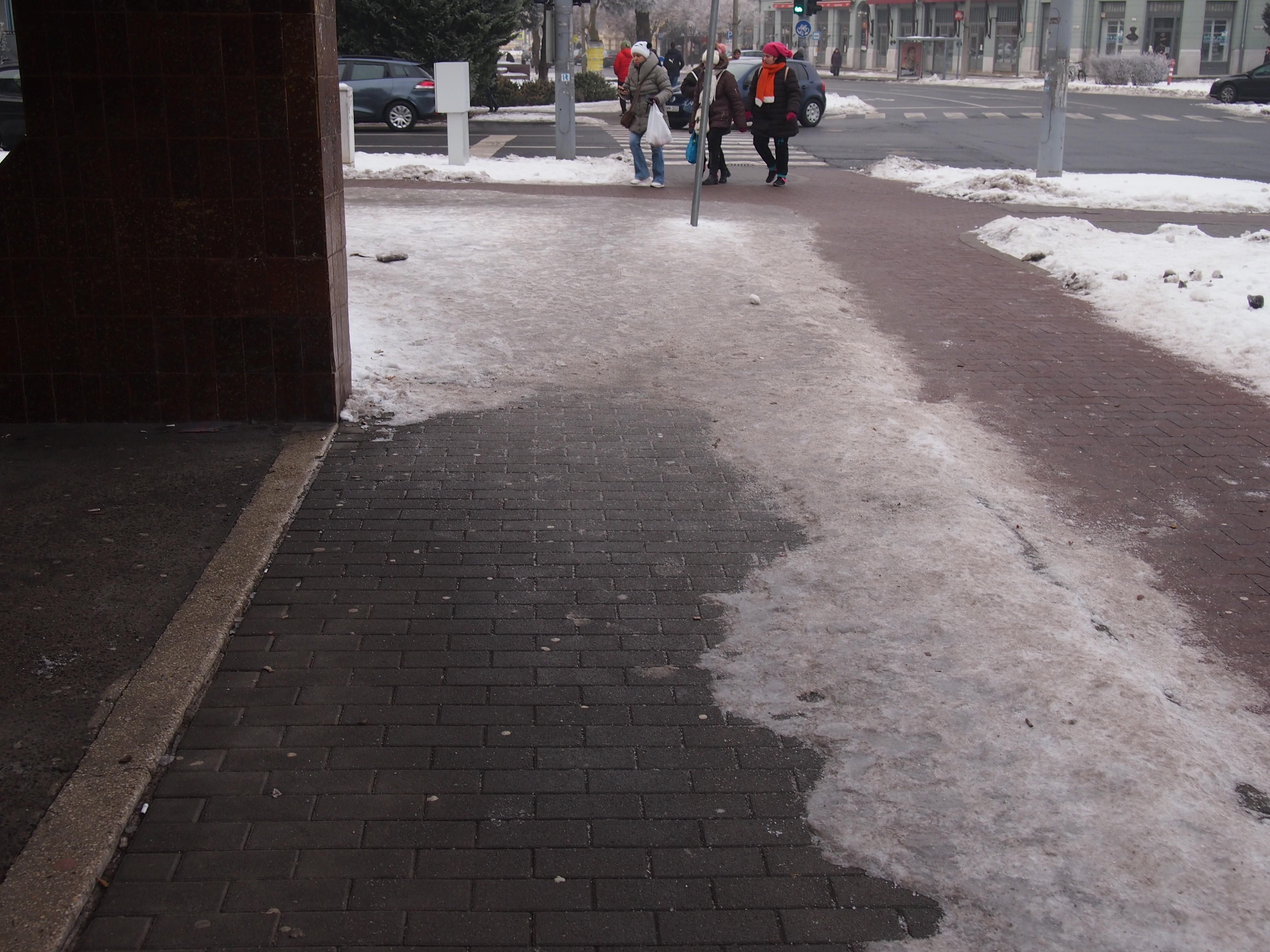 A bicikliutakat takarítják. Hát a járdákat?