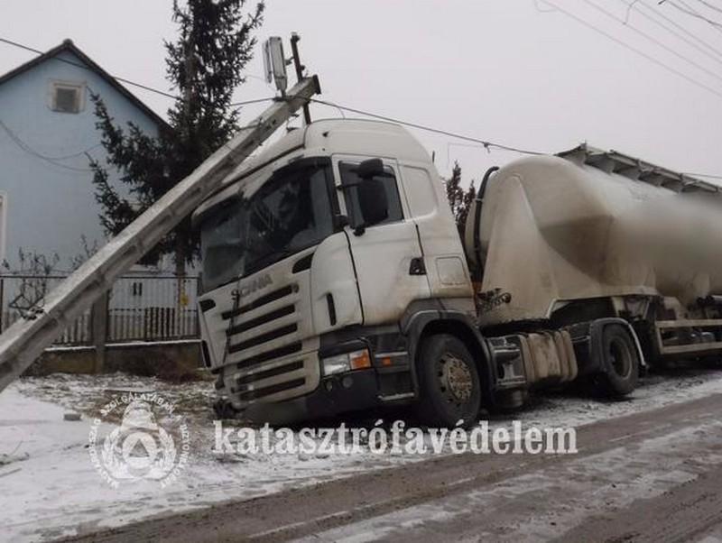 Tarolt a kamion Kemecsén