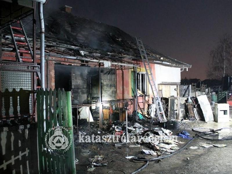 Családi ház és melléképülete lángolt Tuzséron