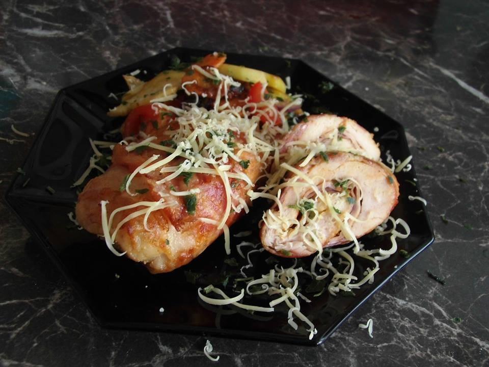 Recept: alufóliában sült, baconbe göngyölt, töltött csirkemell, grillezett zöldségekkel