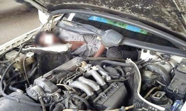 Motorháztető alatt csempészte a nőt