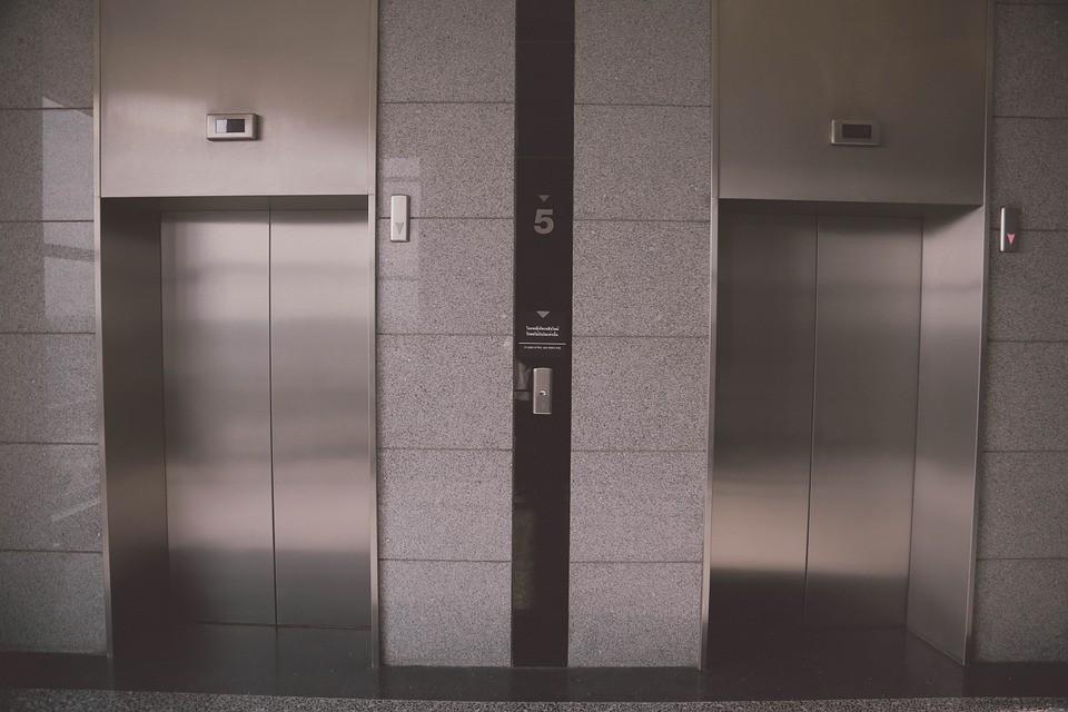 Borzasztó tragédia! Kettévágta a lift