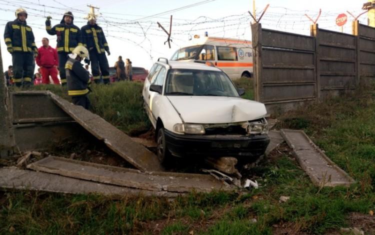 Betonkerítésnek csapódott egy autó Nyírbátorban