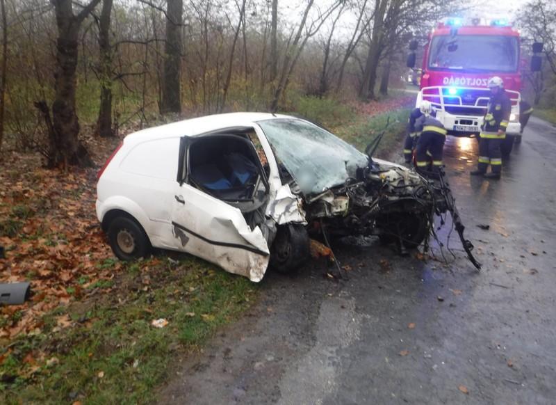 Fának ütközött egy autó Nyírbátornál