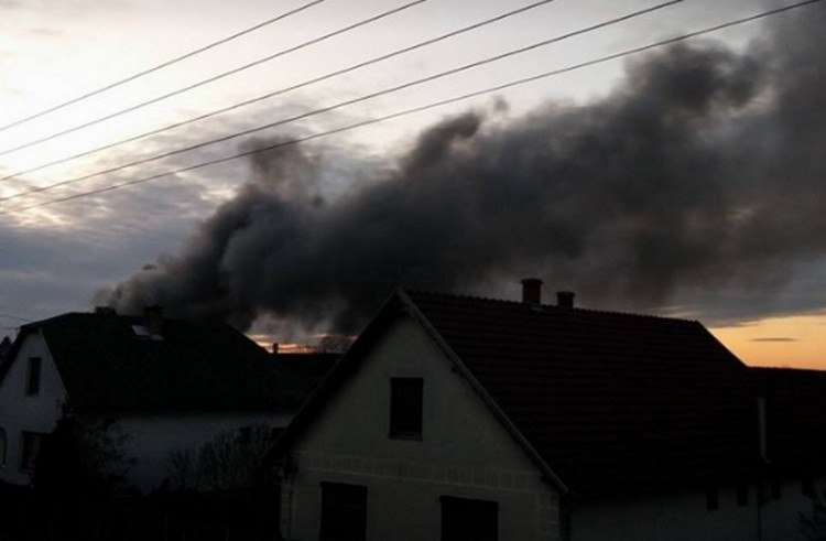 Hatalmas tűz egy tarpai üzemcsarnokban