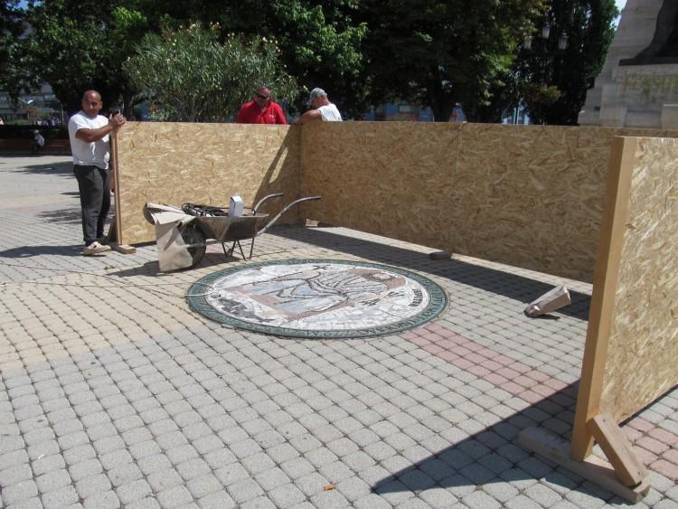 Helyreállítják a Kossuth téri mozaikokat