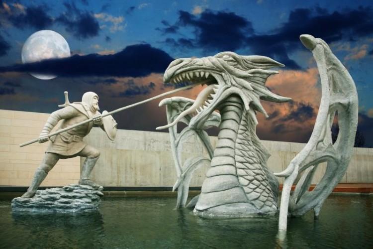 Két fiatal bemutatja, miért szereti a sárkányok városát