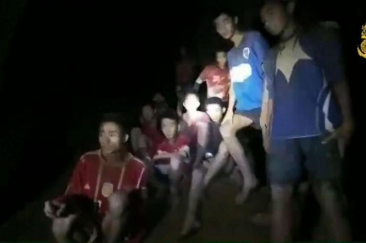 Kimentették a thai focicsapatot és edzőjét