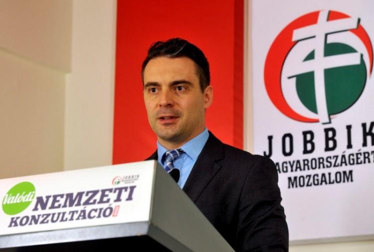 A Jobbik elnökével riogatnak a miskolci lakótelepen + videó